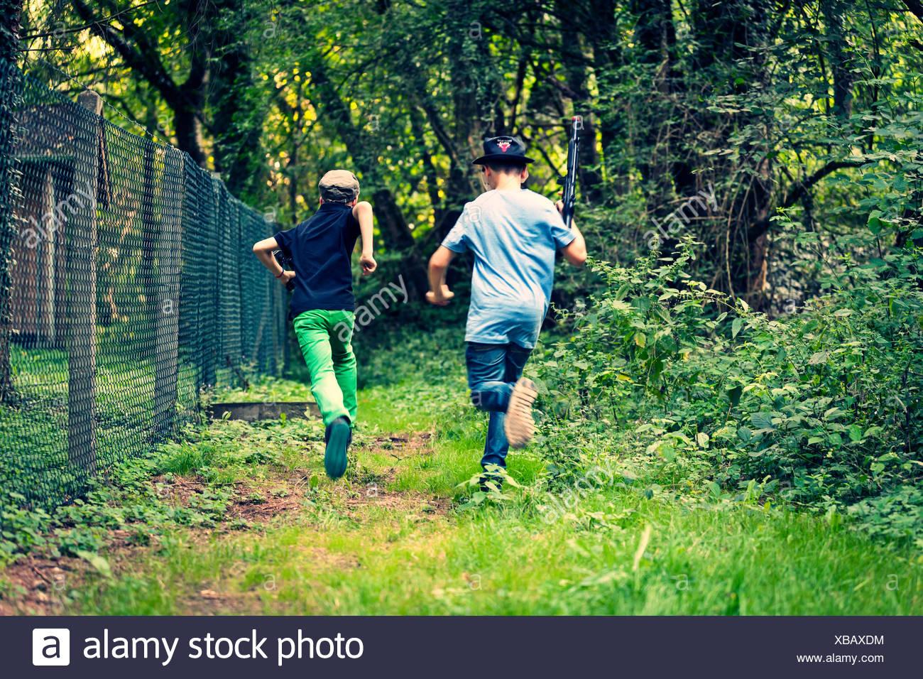 Dos muchachos huyendo, vista posterior Imagen De Stock