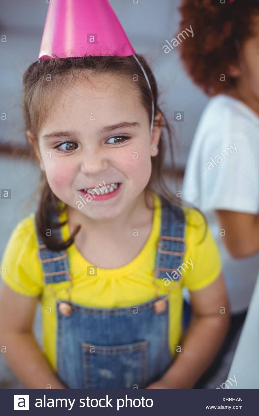 Los niños emocionados disfrutando de una fiesta de cumpleaños Imagen De Stock
