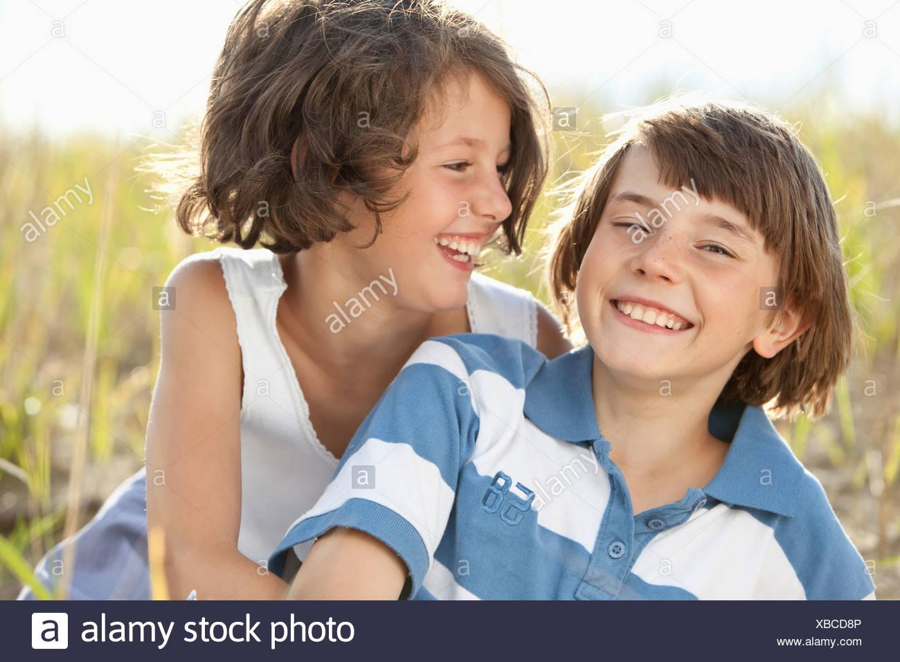 Alemania, Baviera, Boy (10-11 años) y la niña (8-9 años) jugando Imagen De Stock