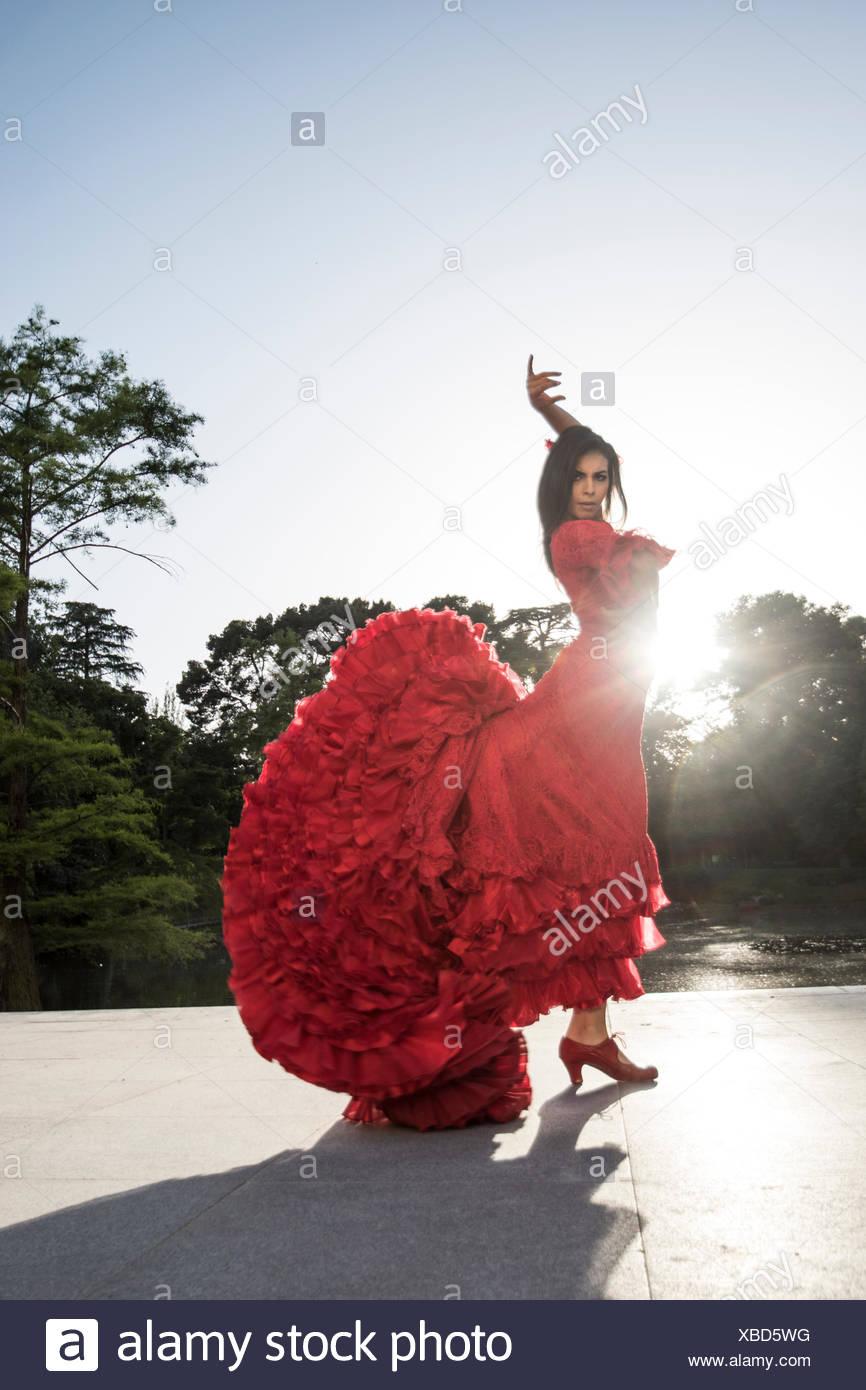 Mujer vestida de rojo bailando
