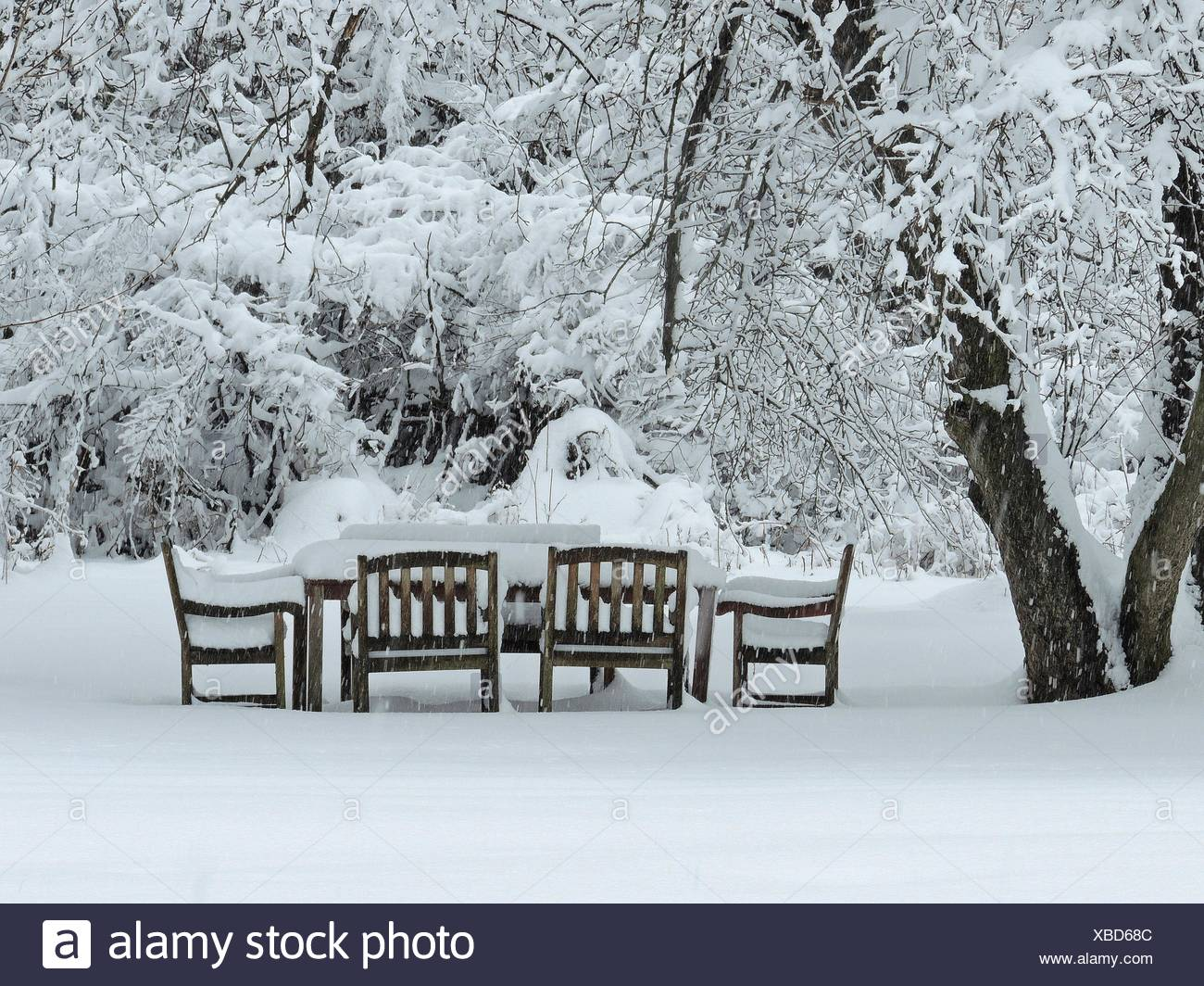 Image of: La Nieve Cubre Una Mesa Exterior Y Socializacion Hace Imposible En Invierno Pennsylvania Estados Unidos Fotografia De Stock Alamy