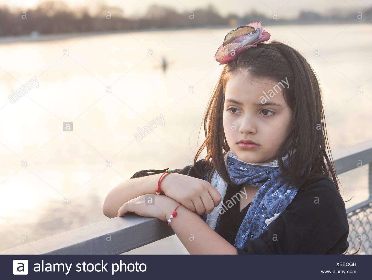 Retrato de una niña por un río permanente Foto de stock