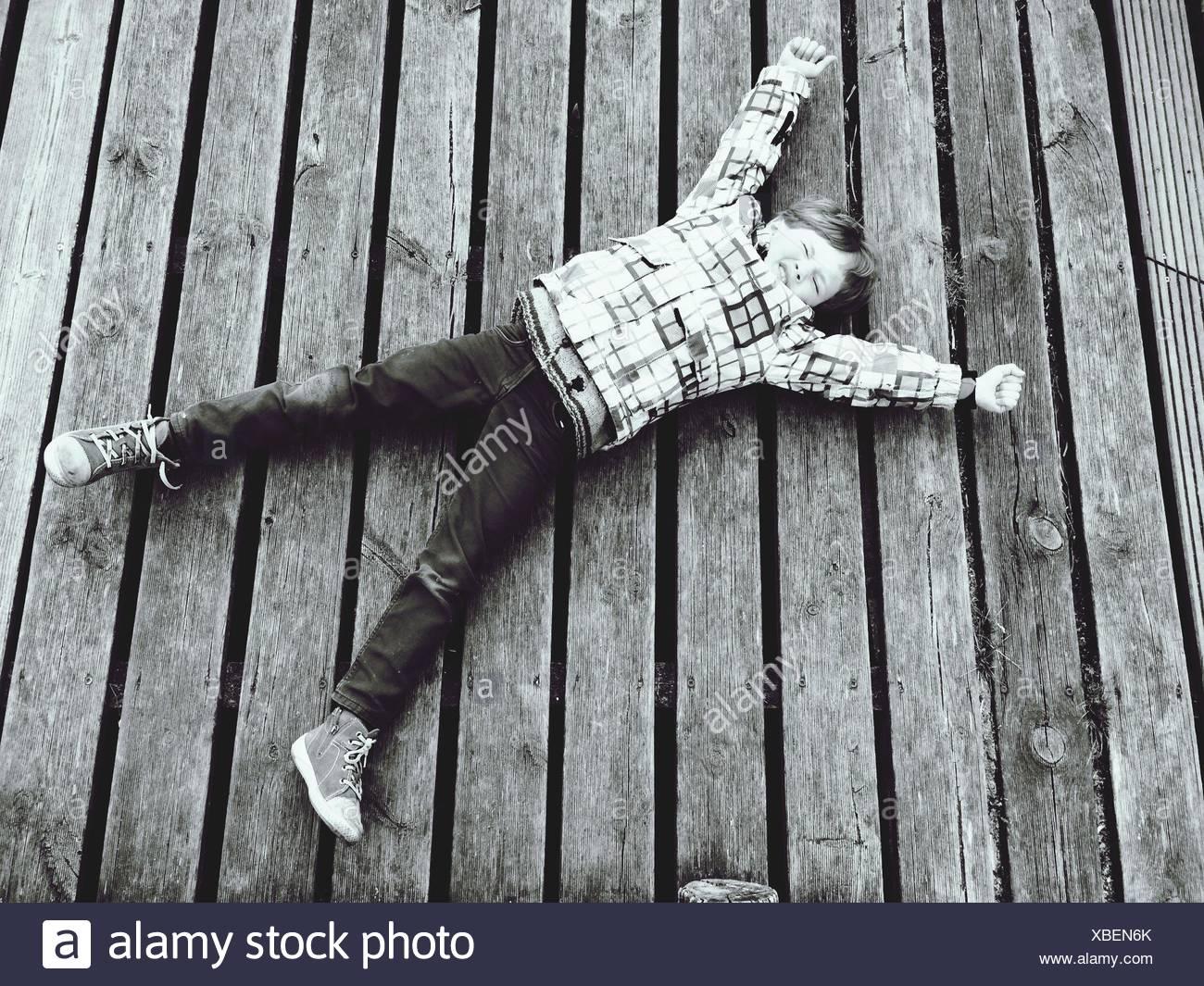 La longitud total del niño mientras está acostado sobre la rambla de estiramiento Imagen De Stock