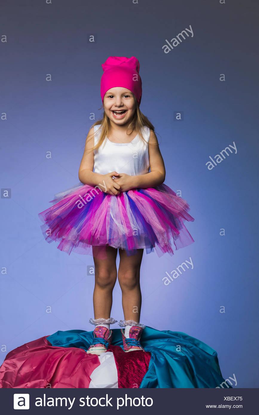 efc165fcd Retrato de la alegre niña vestidos de tul y falda knit hat pararse en  contra del montón de telas púrpura b · fStop Images GmbH / Alamy Foto de  stock