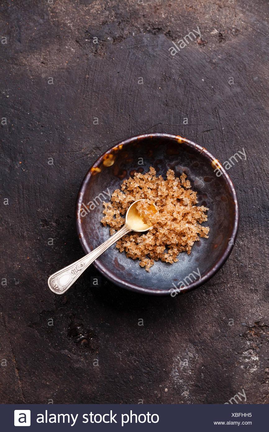 Los alimentos gruesos sal balsámico envejecido sobre fondo oscuro Foto de stock