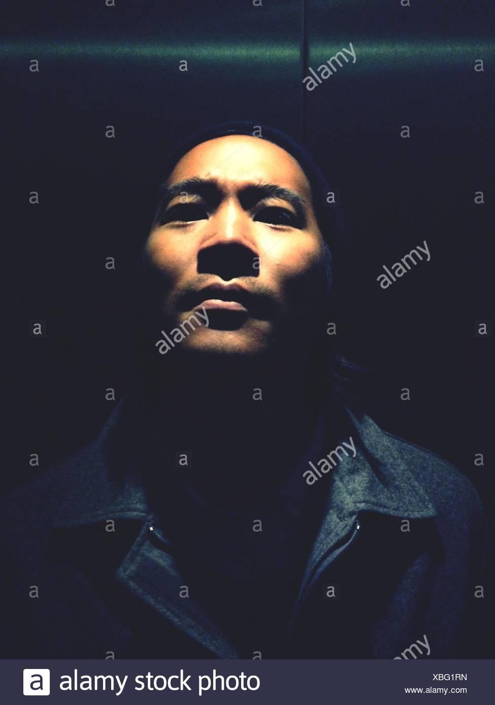En primer plano el retrato del joven serio Imagen De Stock