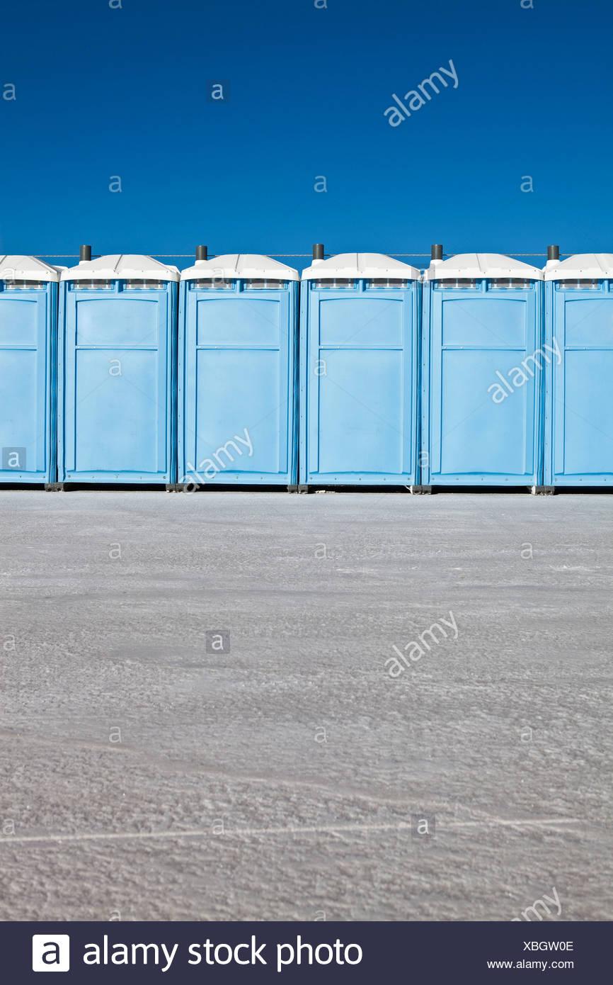 Fila de baños portátiles en Bonneville Salt Flats, durante la Semana de la velocidad Foto de stock