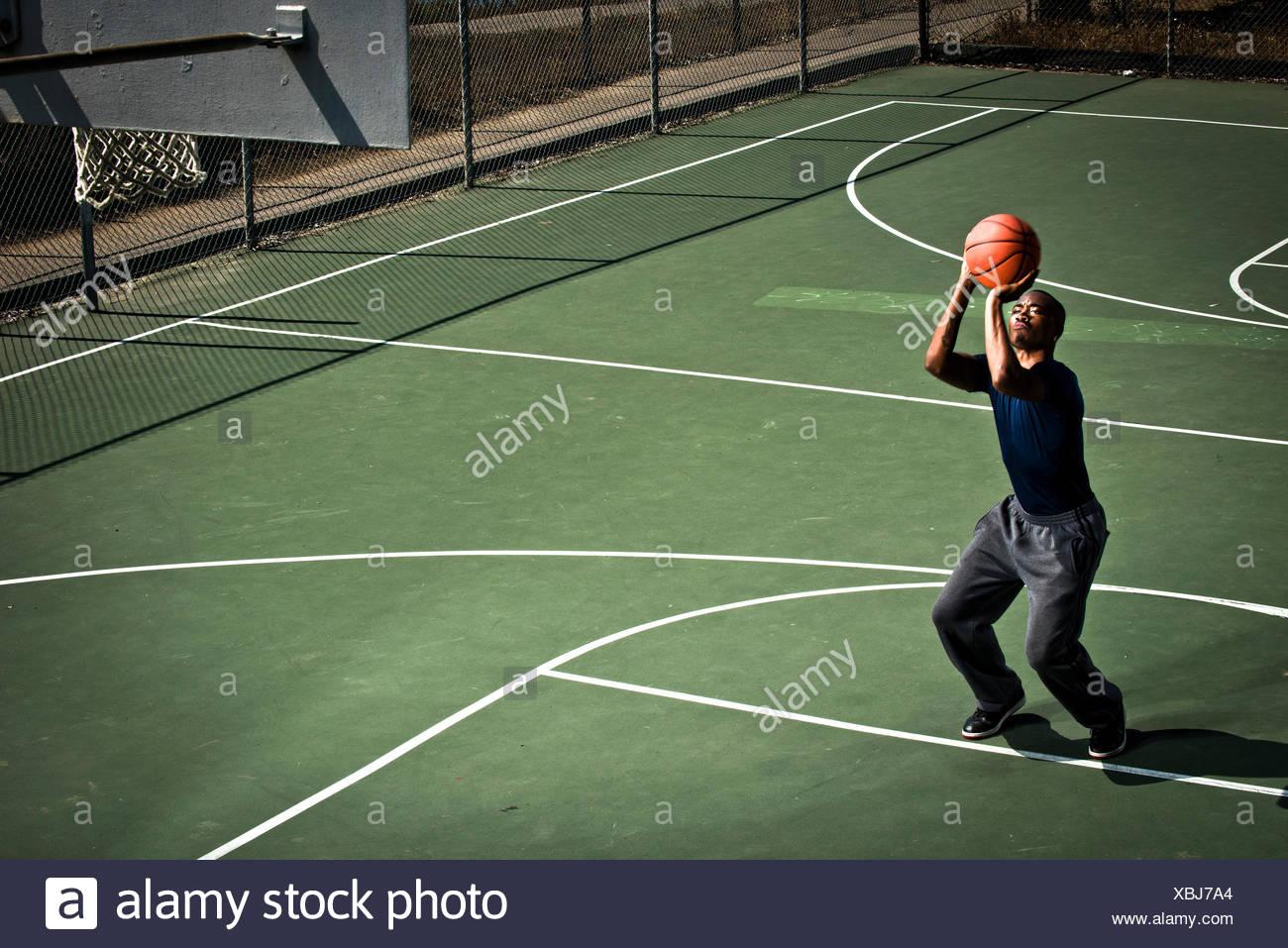 Un jugador de baloncesto que practica tiros libres. Imagen De Stock