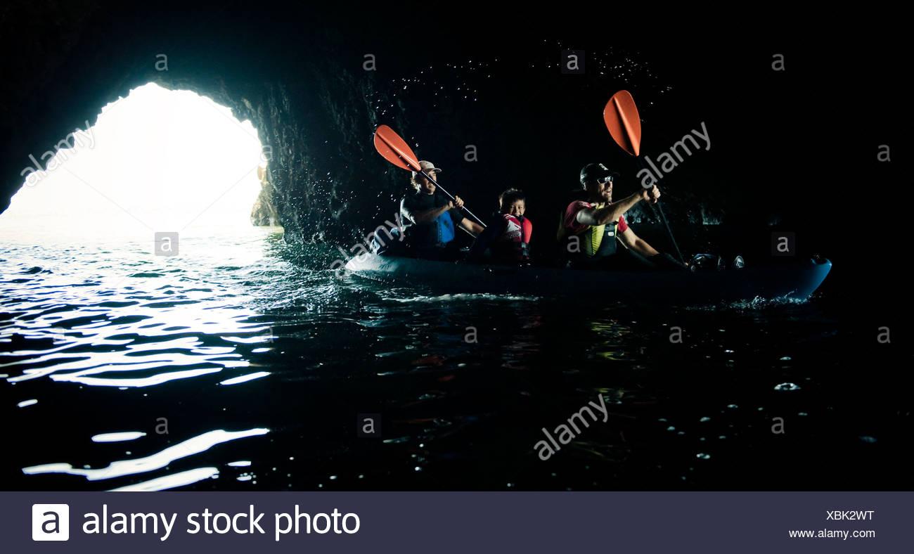 Un aventurero ciego conduce su kayak en una cueva marina en la Isla Santa Cruz frente a la costa de Santa Bárbara. Imagen De Stock