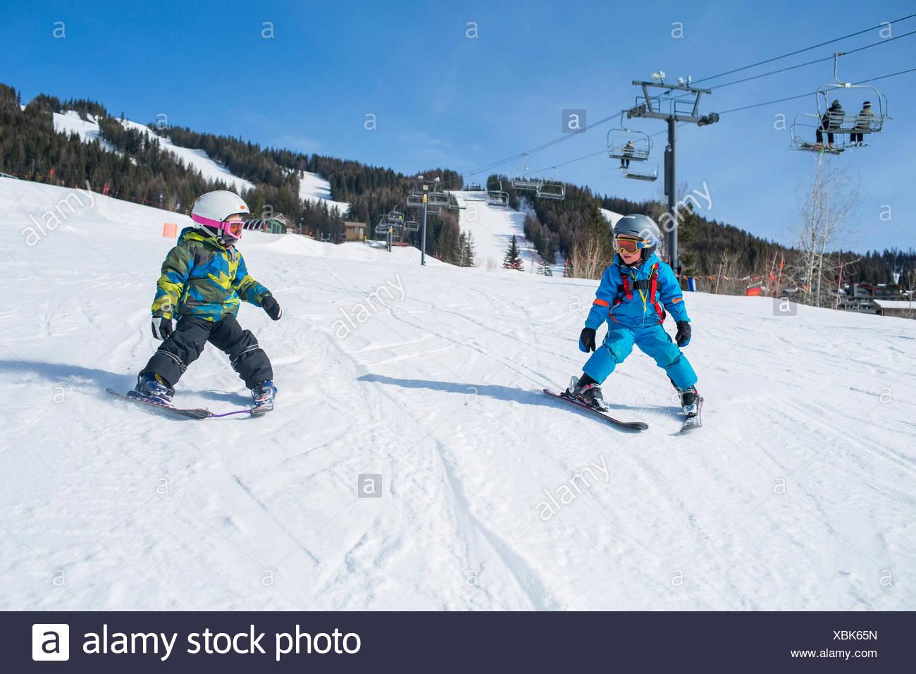 Little boys (4-5) aprendiendo a esquiar Imagen De Stock