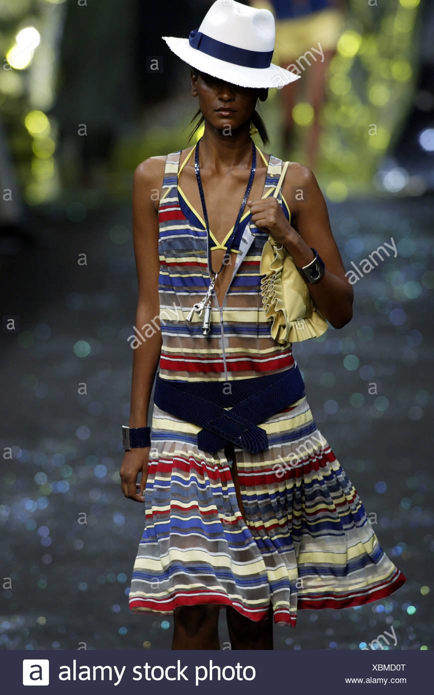 9cfe64f346 Galería de Largerfeld París listo para vestir primavera verano vestidos de  blanco modelo Panama hat banda azul sobre uno de sus ojos y vestido de azul