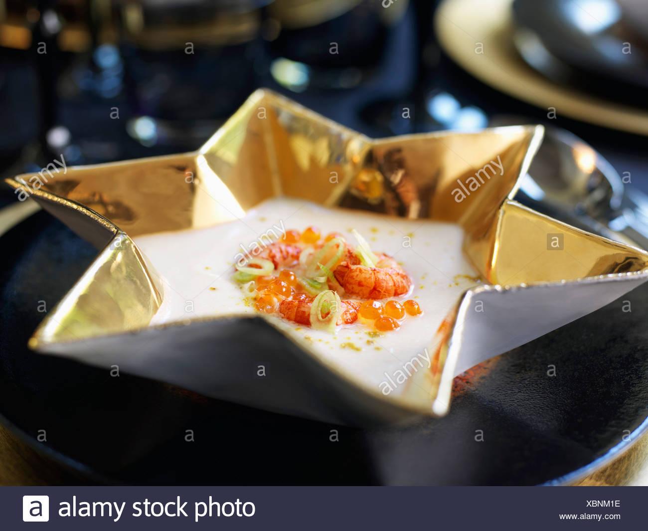 Crema de apio sopa con langostinos Foto de stock