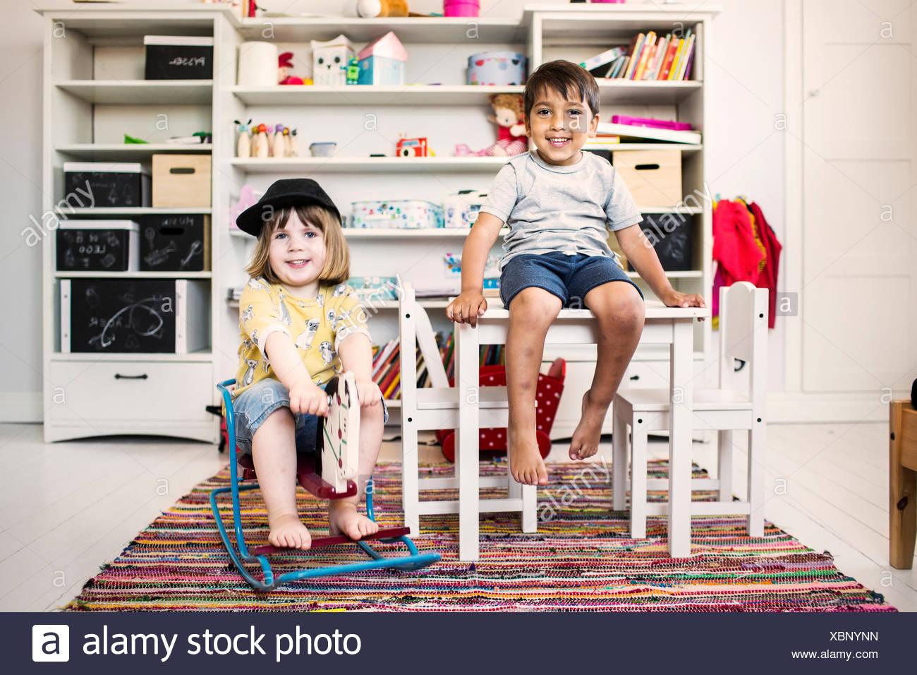 Niños (2-3) sonriendo y mirando a la cámara Imagen De Stock