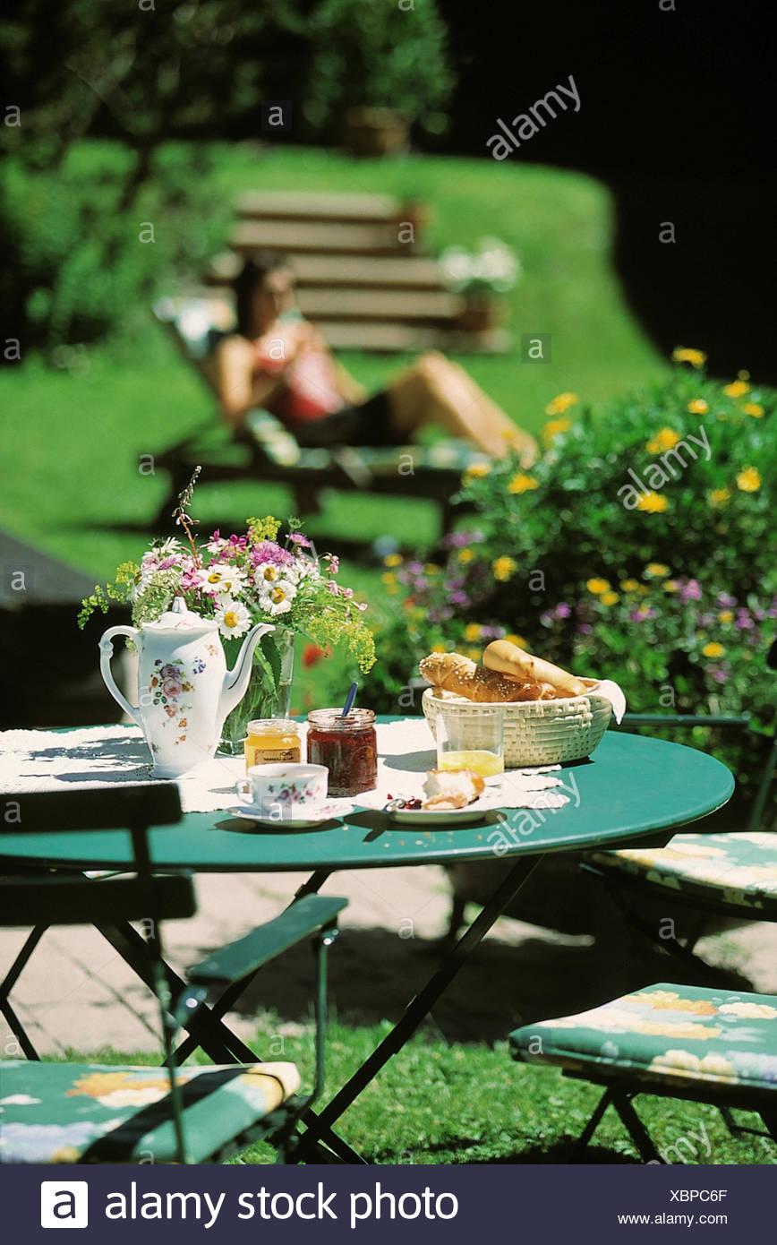 Jard n mesa de desayuno cubierta ba o solar fuera la for Escaleras para caminar fuera del jardin