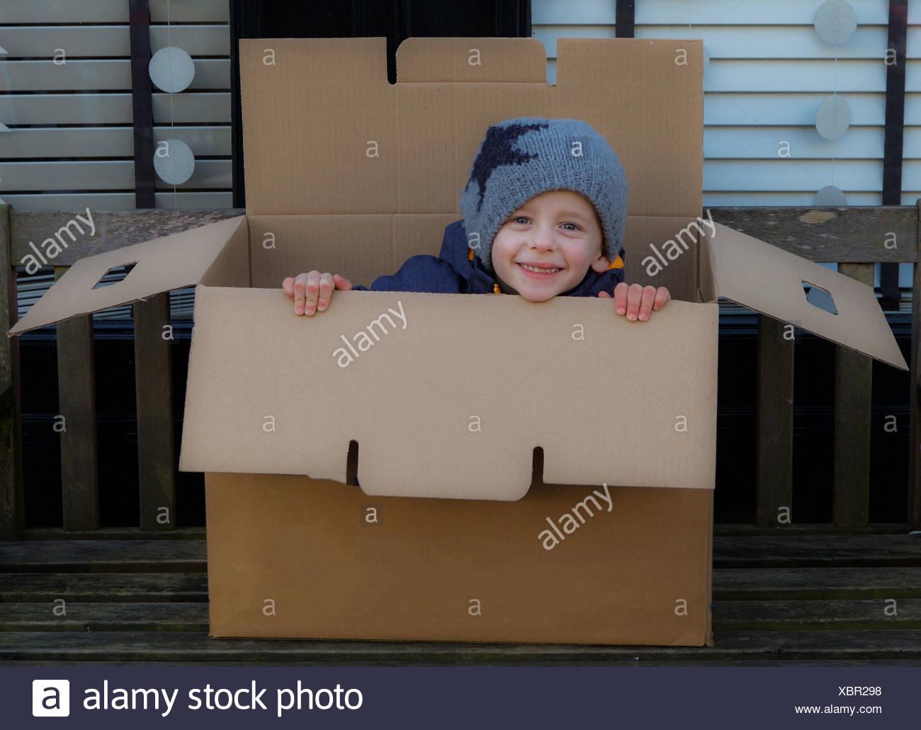 Retrato de muchacho juguetón en la caja Imagen De Stock