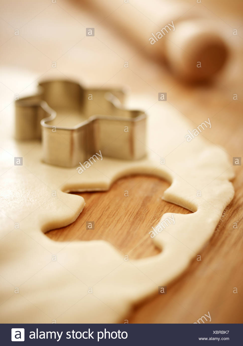 Gingerbread Man cookie cutter en la masa Imagen De Stock