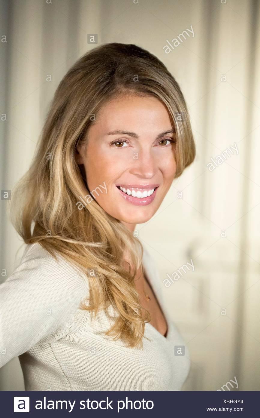 Close-up de joven mujer sonriendo Imagen De Stock