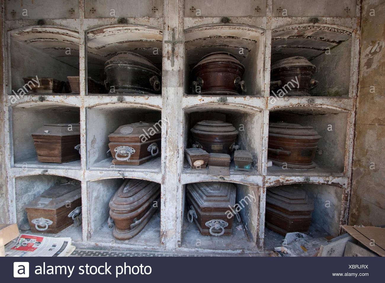Ata des en nichos abandonados en el cementerio de la for Muebles de oficina buenos aires capital federal
