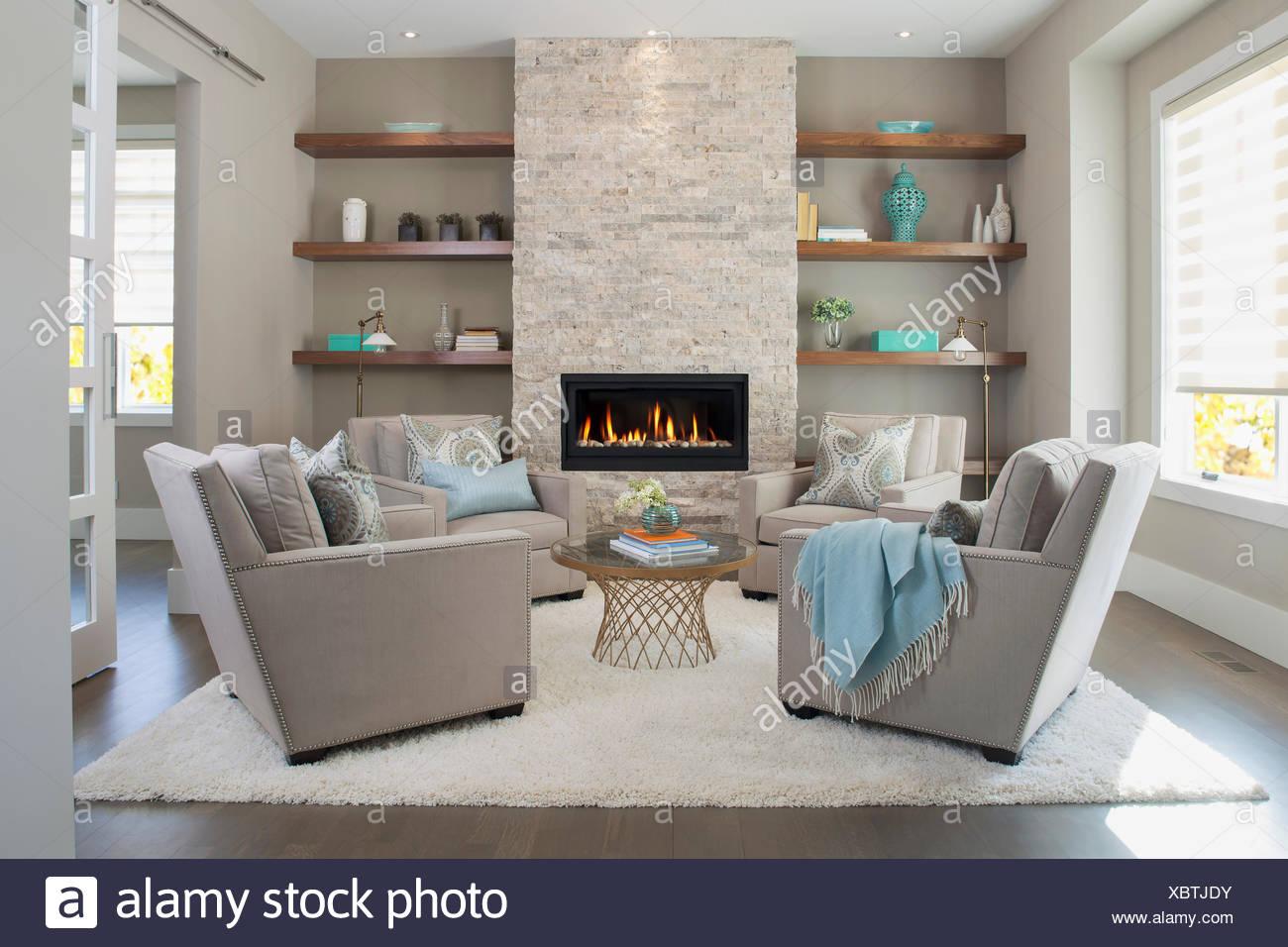 Elegante salón con chimenea Imagen De Stock
