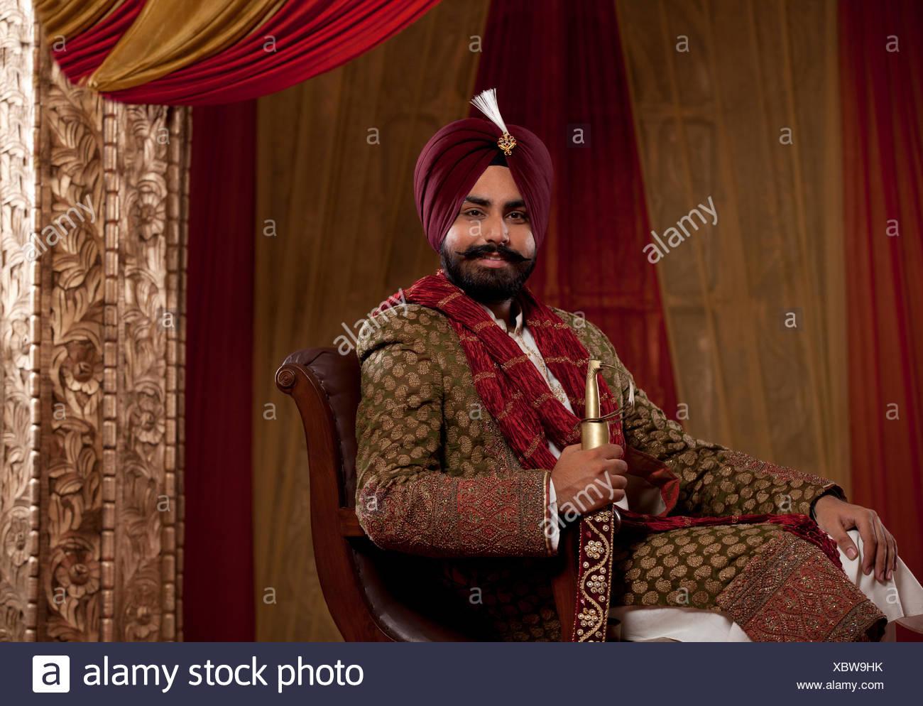 Retrato de etnia india mediados hombre adulto sentado en una silla. Imagen De Stock