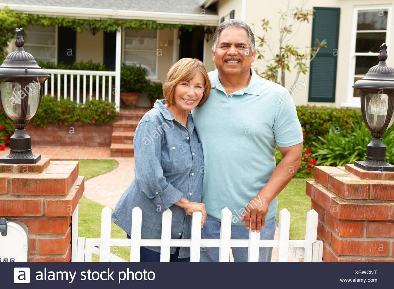 Senior pareja hispana fuera de casa Foto de stock