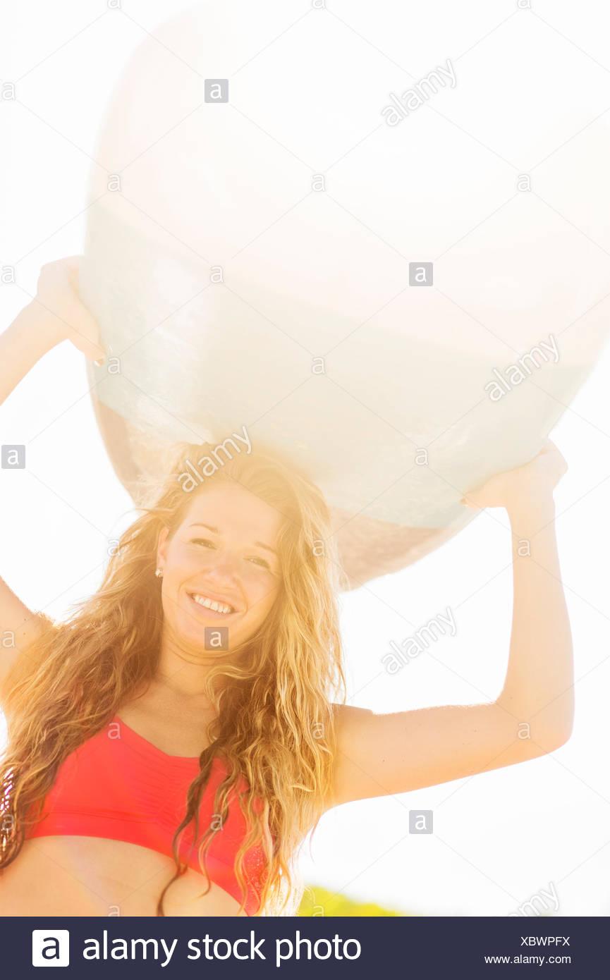 Ee.Uu., Florida, Júpiter, Retrato de mujer joven celebración de surf por encima de la cabeza Foto de stock