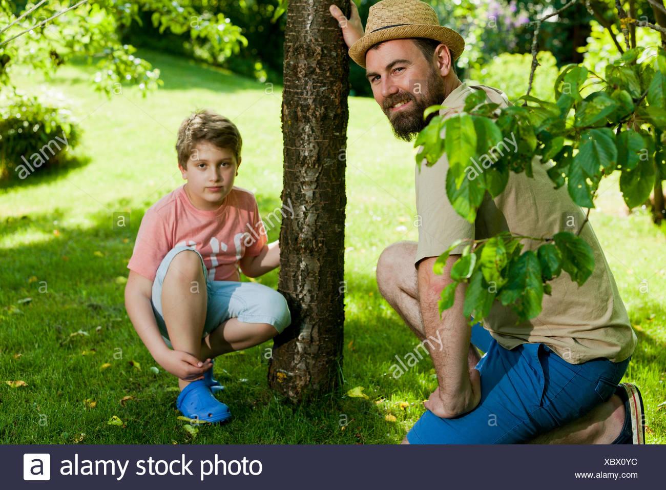 Padre e hijo en el jardín, Munich, Baviera, Alemania Imagen De Stock