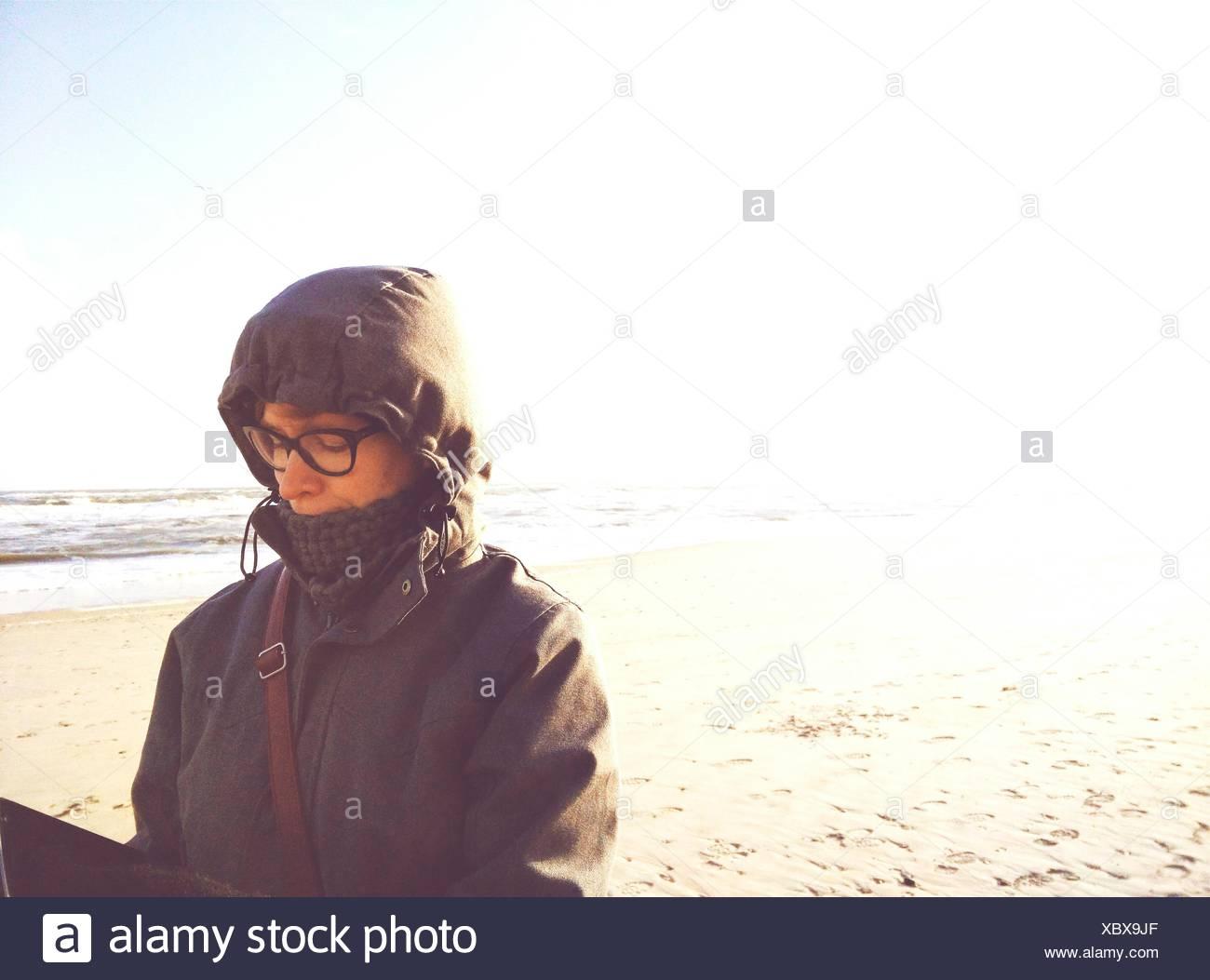 Mujer con gafas en la playa Imagen De Stock