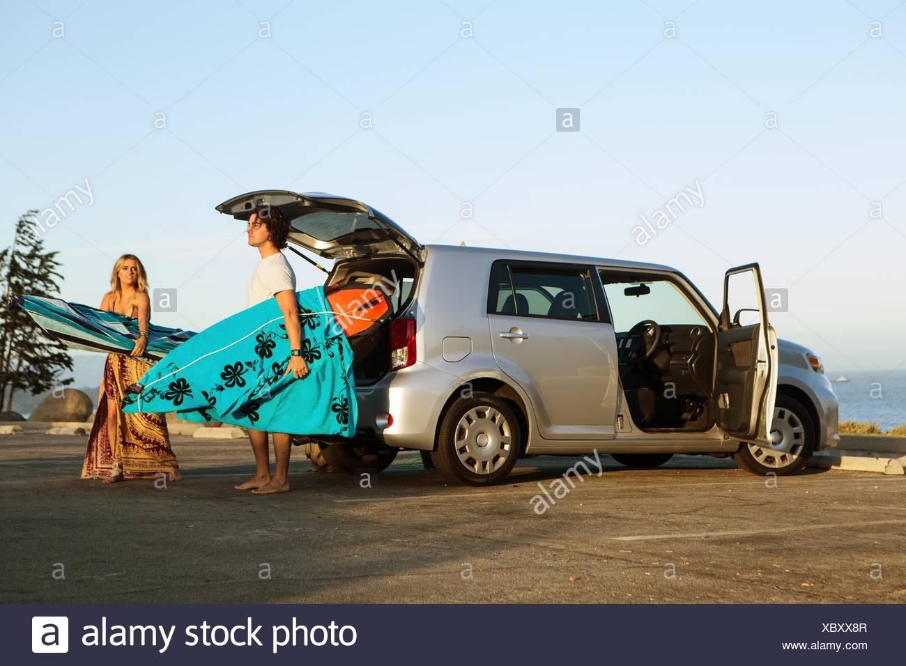 Par tomar las tablas de surf desde el maletero de un coche Foto de stock