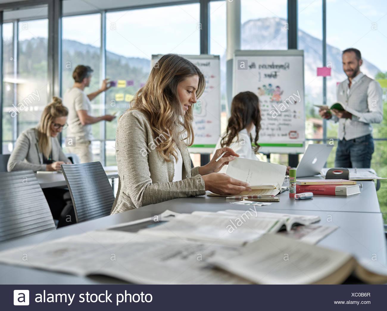 El trabajo en equipo creativo, presentación, lluvia de ideas, proyectos de trabajo, talleres, capacitación, seminarios para ejecutivos, la educación de adultos Imagen De Stock