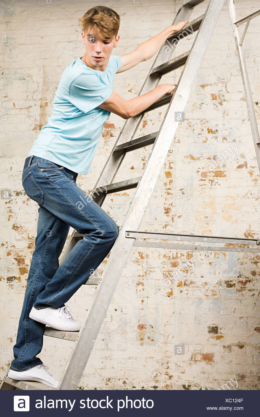 Adolescente en una escalera Imagen De Stock