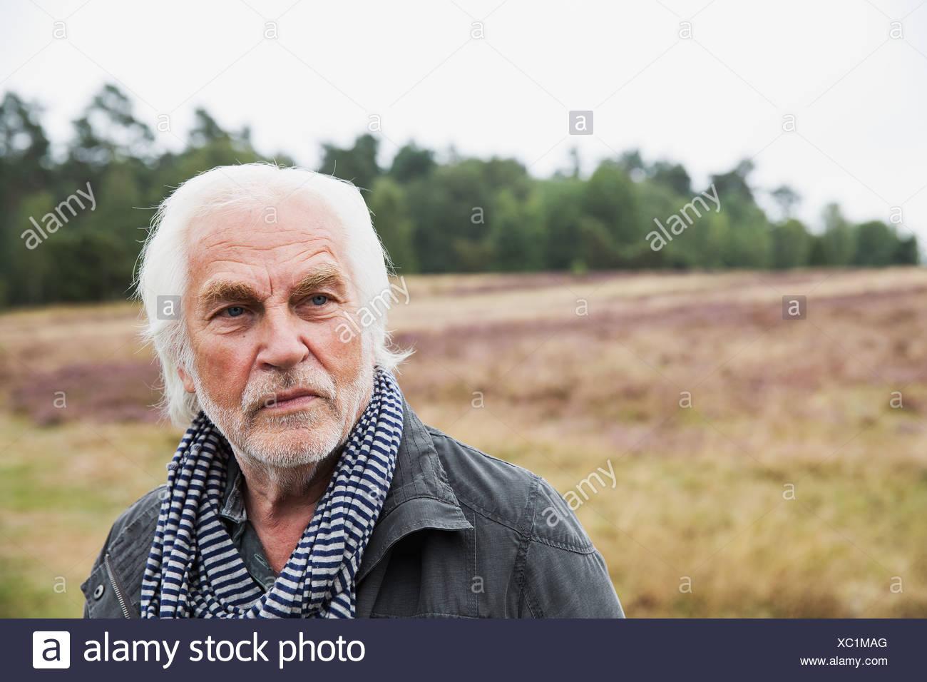 Retrato de hombre con cabello gris senior Foto de stock