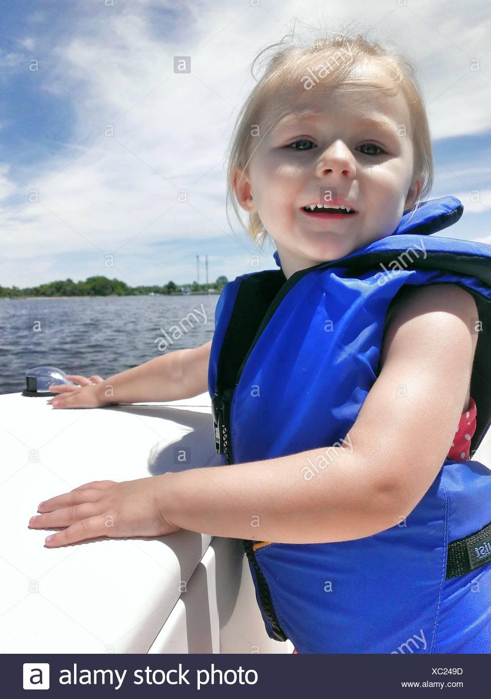 Retrato de la alegre niña de chaqueta de seguridad Imagen De Stock