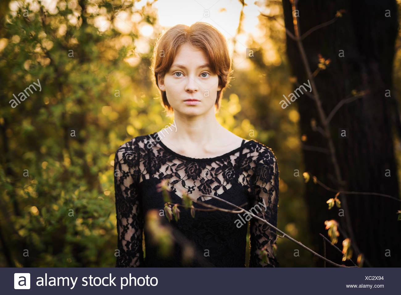 Finlandia, en el suroeste de Finlandia, Retrato de una joven en el bosque Foto de stock