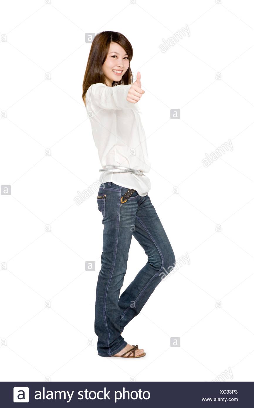 Retrato de mujer joven dando pulgares arriba Imagen De Stock
