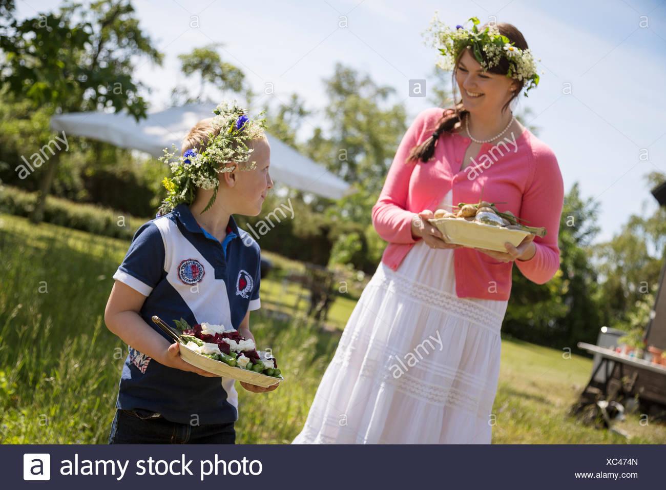 Suecia, Skane, Chica (6-7) hablando con la madre durante el festival Imagen De Stock