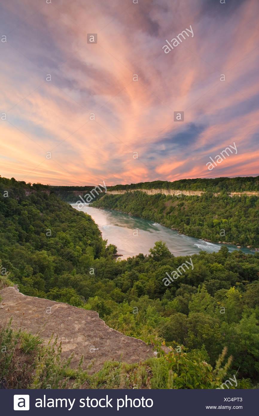 El Río Niágara desde el mirador sobre la Reserva Natural de la Cañada de Niagara, Niagara Falls, Ontario, Canadá Foto de stock