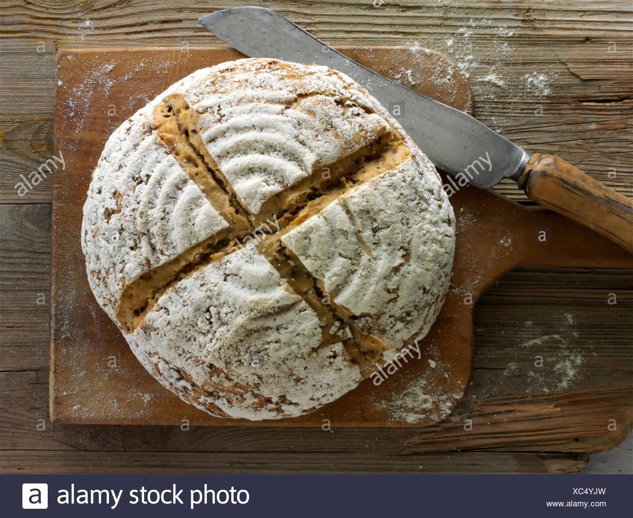 Masa agria artesanal de semillas integrales con pan blanco, harina de centeno malteada Imagen De Stock
