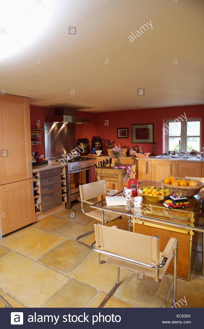 Modernas sillas de cuero beige y mesa de comedor de cristal en rojo ...