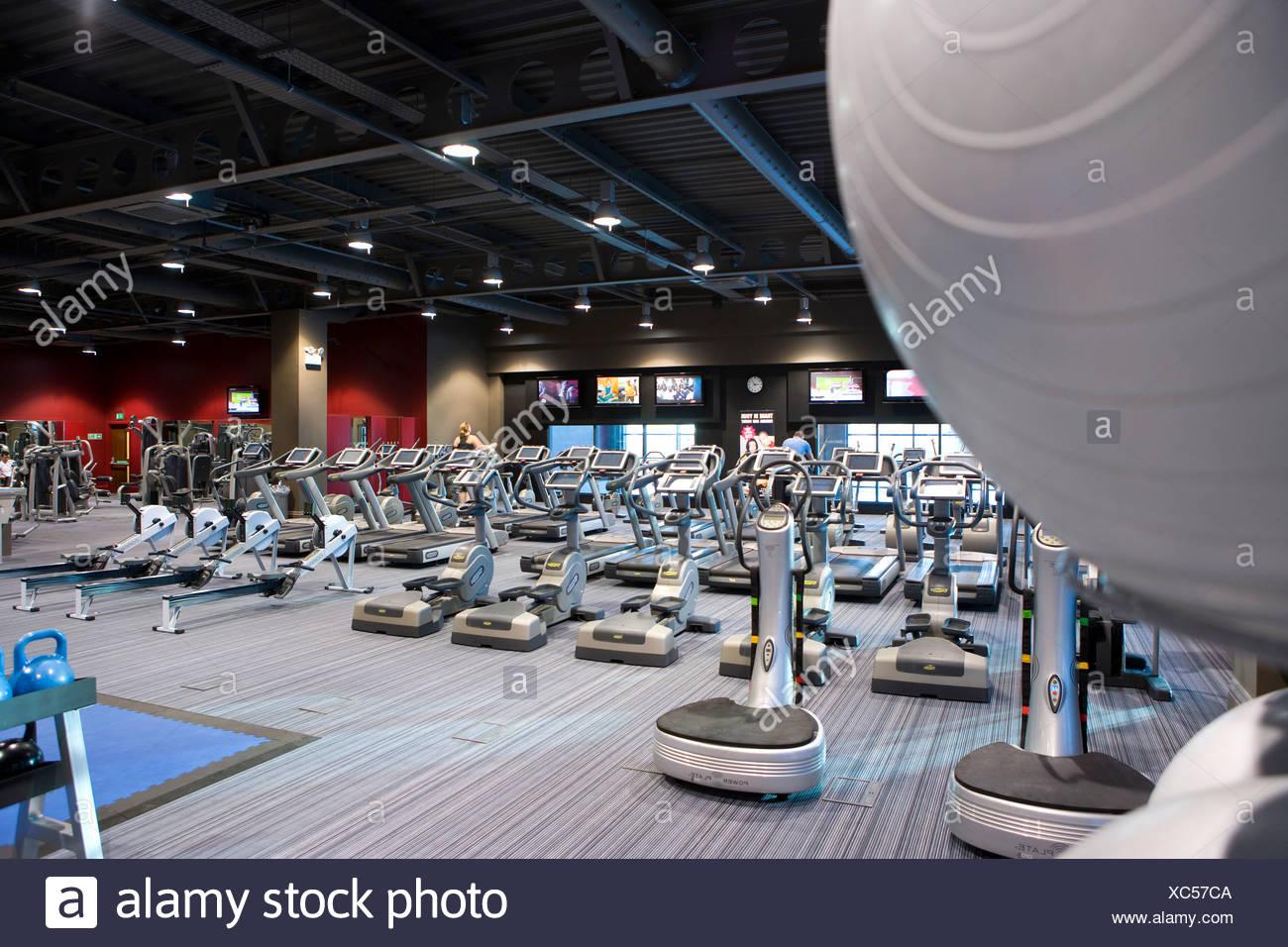Equipo de ejercicio en el club de la salud Imagen De Stock