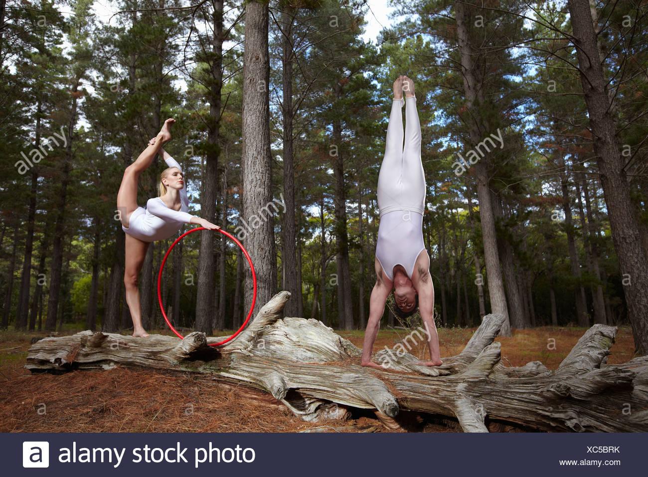 Los bailarines posando en registro en el bosque Imagen De Stock