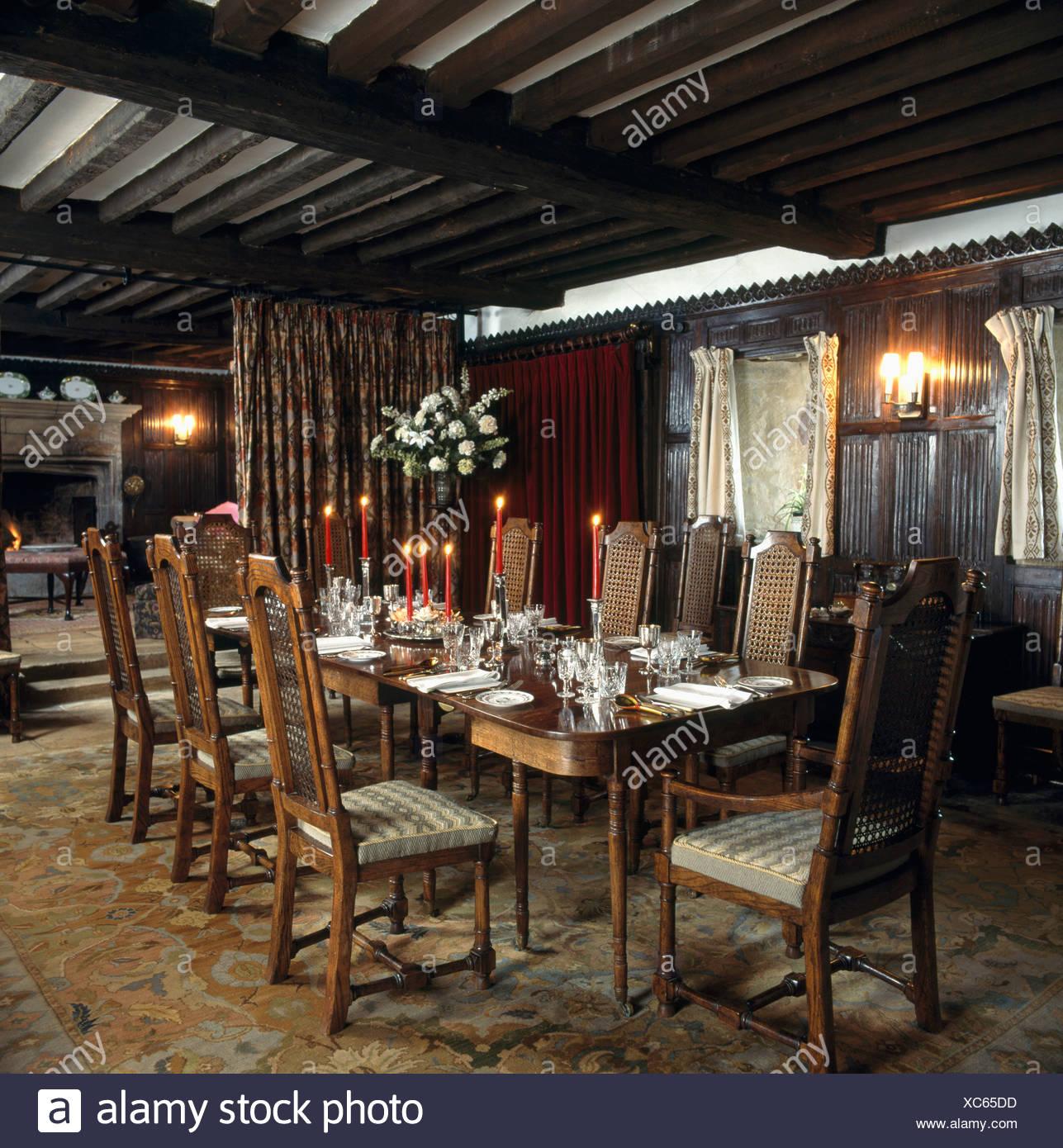 Velas rojas en la tabla de país comedor con techos de madera y ...