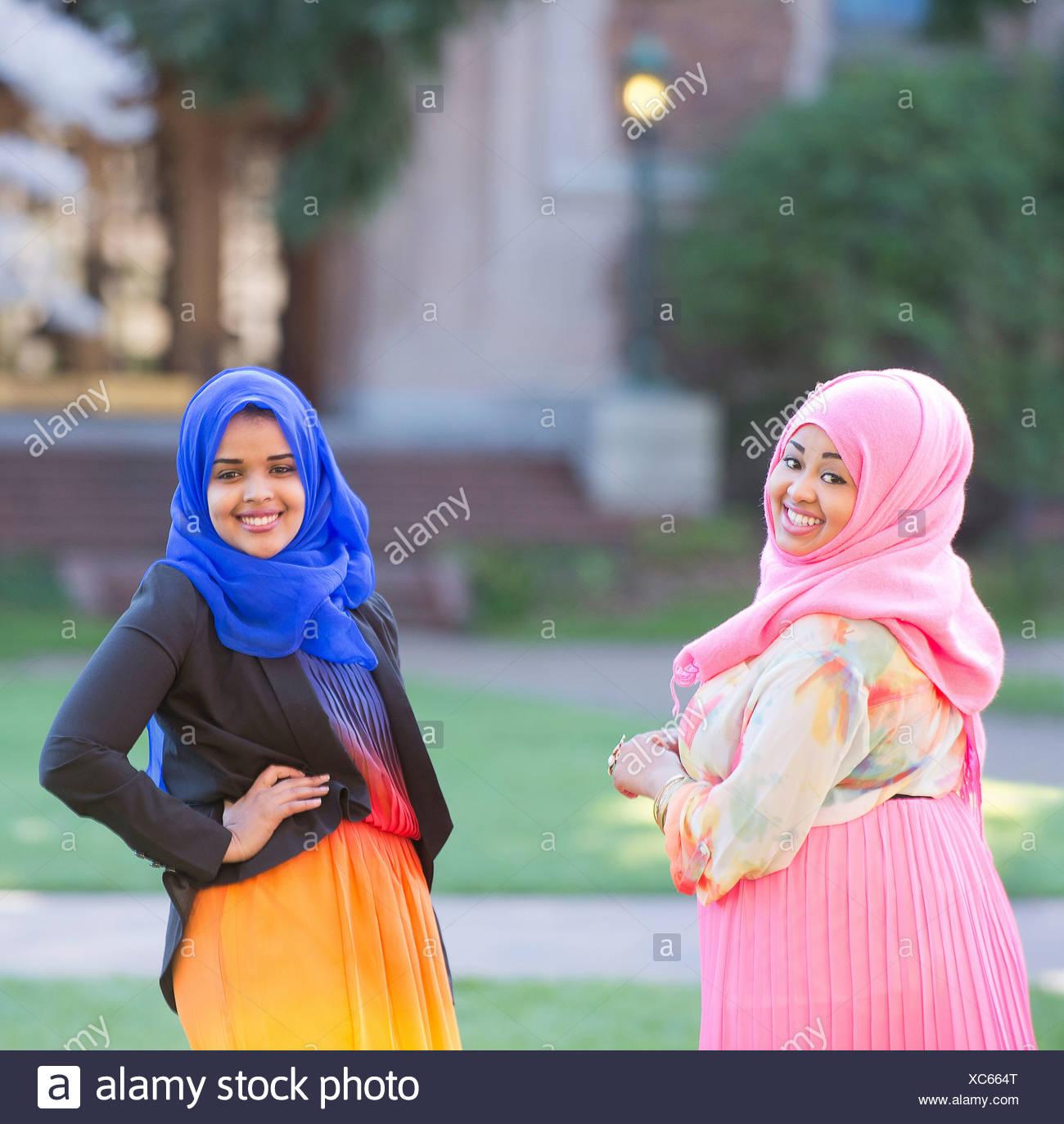 Retrato de dos amigas en el parque vistiendo coloridos pañuelos Imagen De Stock