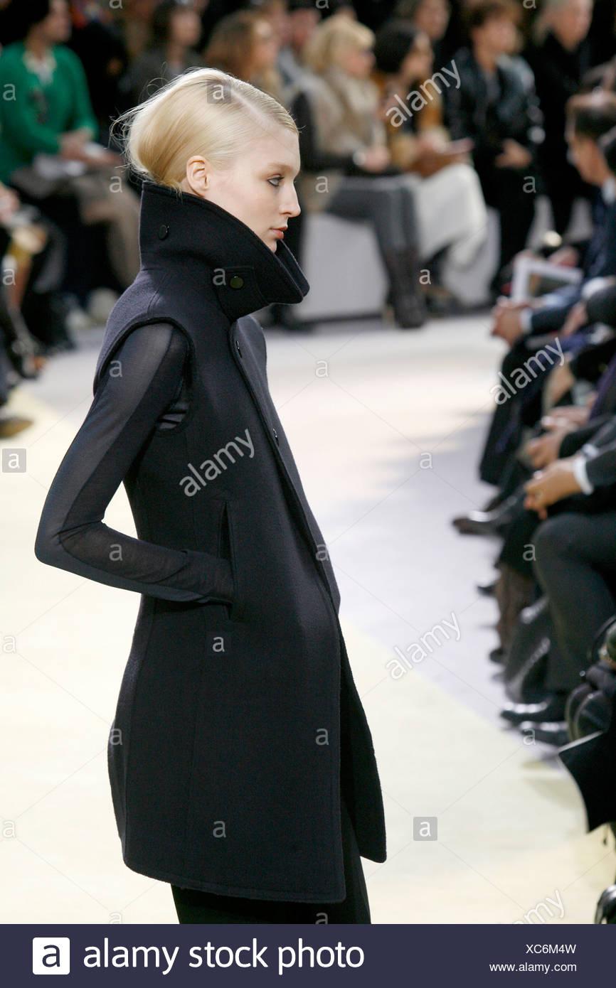 be3c47d2c4 Celine Paris listo para ponerse Otoño Invierno negro abrigo sin mangas, top  negro con mangas