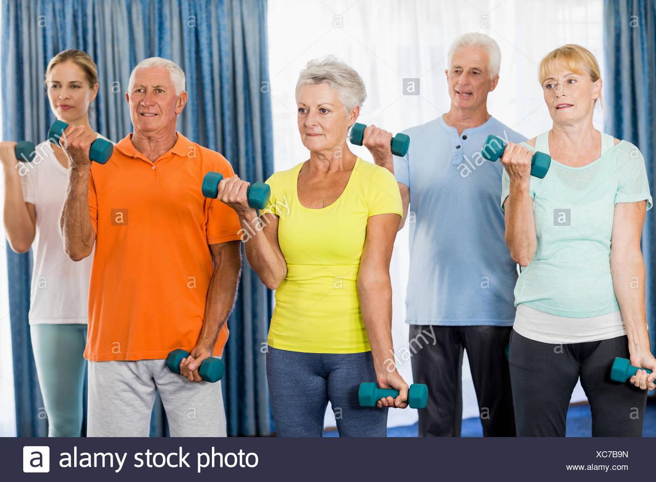Los ancianos el ejercicio con pesas Foto de stock