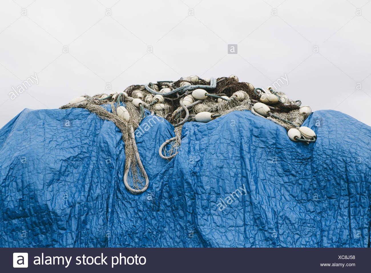 Seattle, Washington, EE.UU. la lona azul que cubre las redes de pesca comercial Imagen De Stock