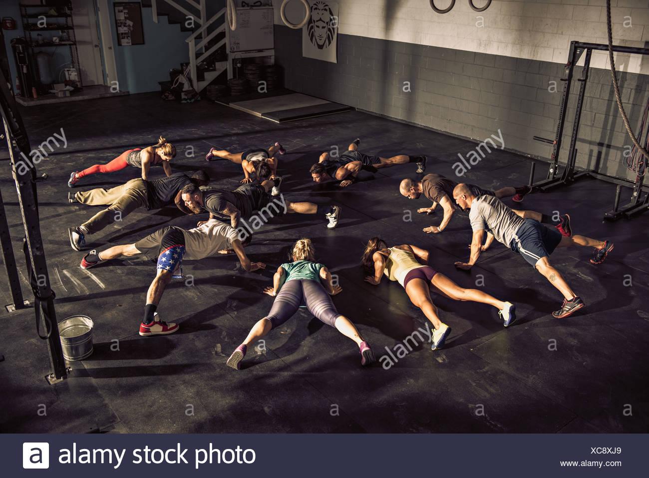 Formación presencial de fitness en el gimnasio juntos Imagen De Stock