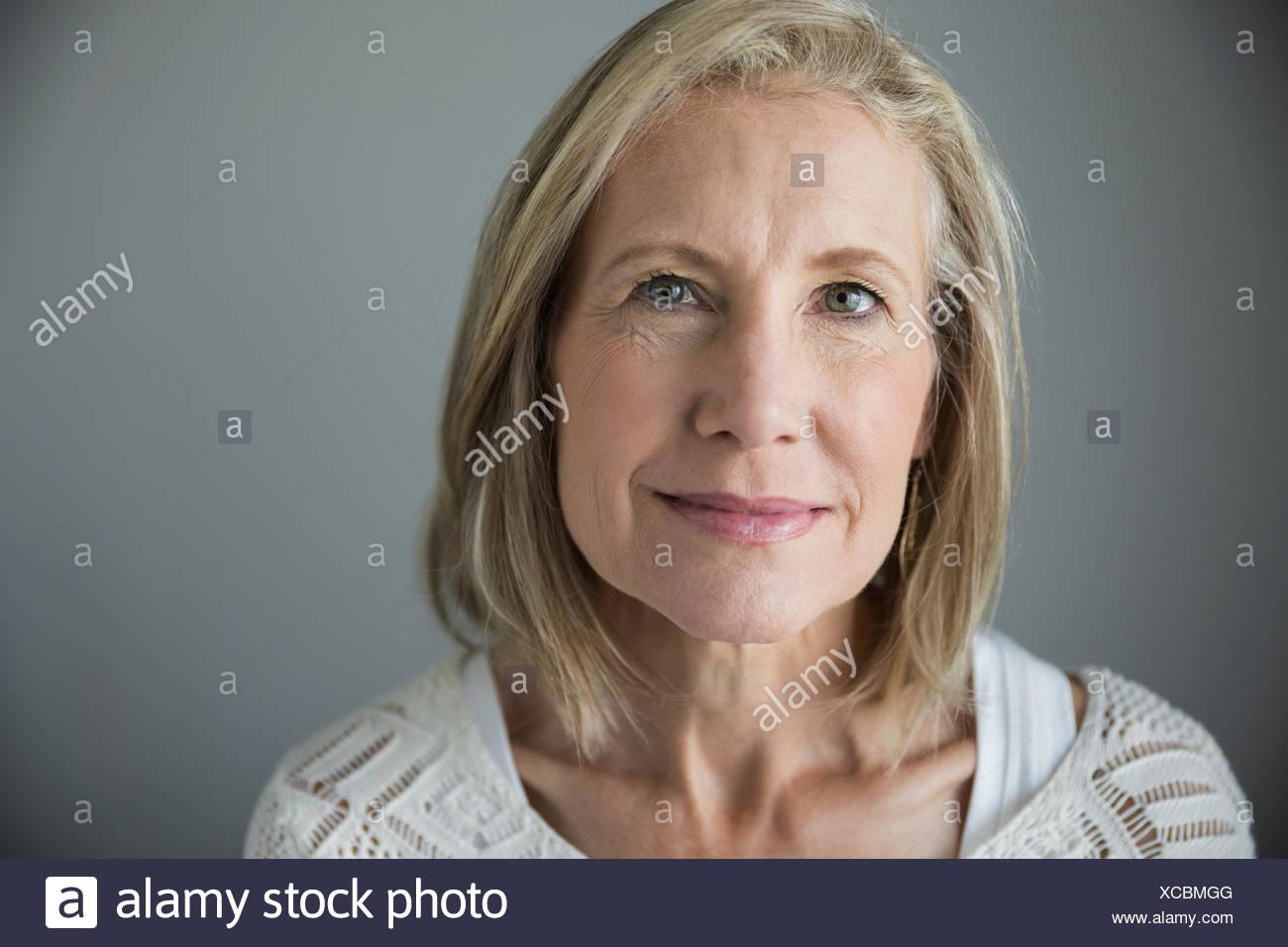 Retrato senior sonriente mujer con cabello rubio Imagen De Stock