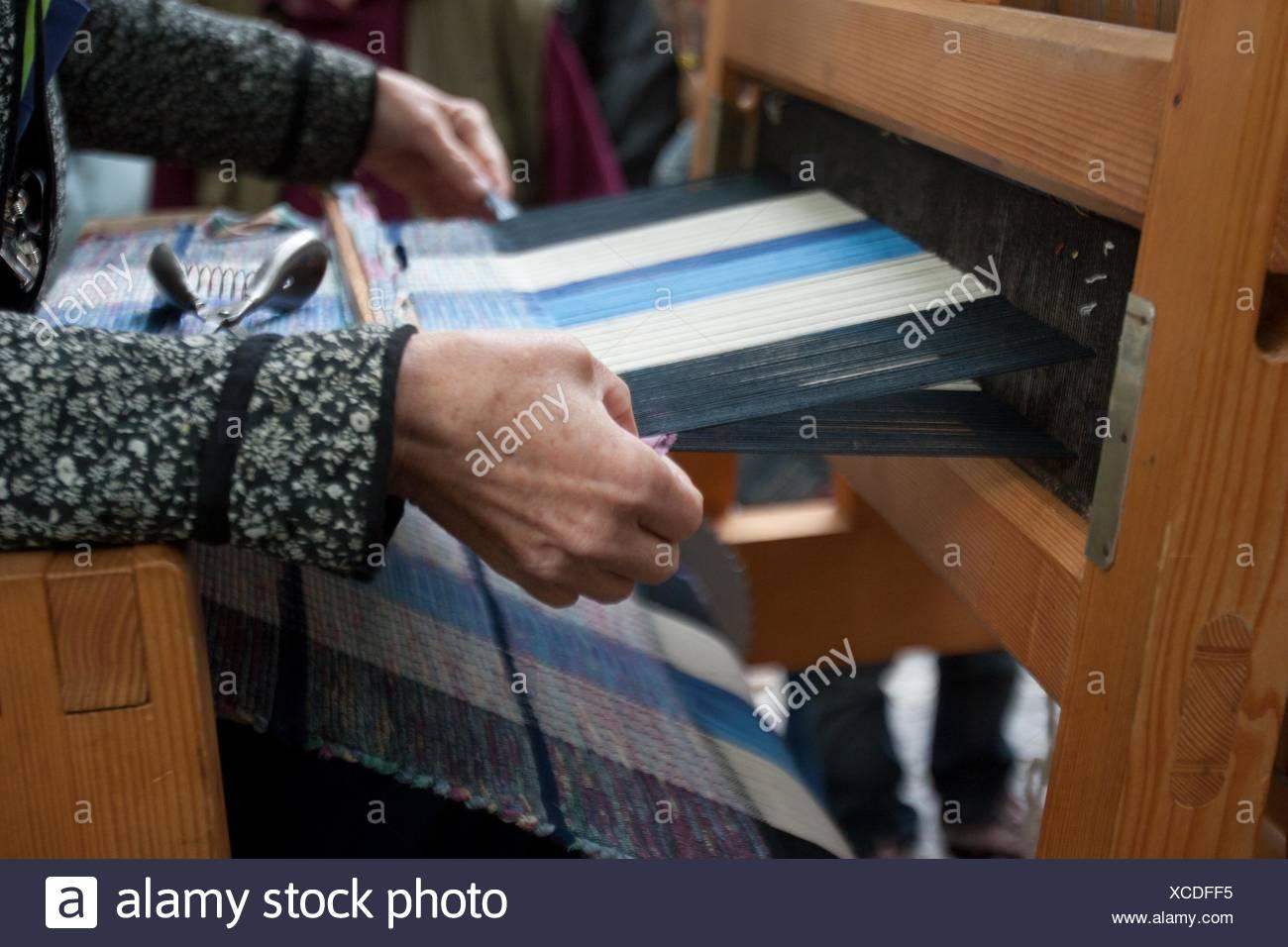 Mujer tejiendo, telar, Bratislava, Eslovaquia Imagen De Stock