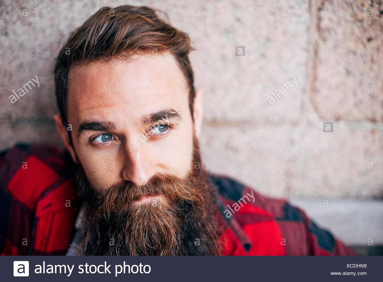 Retrato de hombre con barba mirando lejos Imagen De Stock